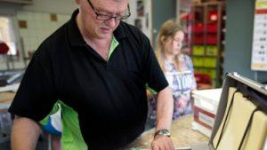 Roermond,  Theo Vleeshouwers aan het werk op de  Herman Broerenschool tijdens de les techniek.